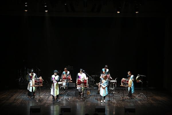 이날 콘서트의 첫 무대는 국악팀 소나기 프로젝트의 장구연주였다. 다섯 멤버는 혼을 실은 장구 연주를 보여주며 관객을 몰입으로 이끌었다.