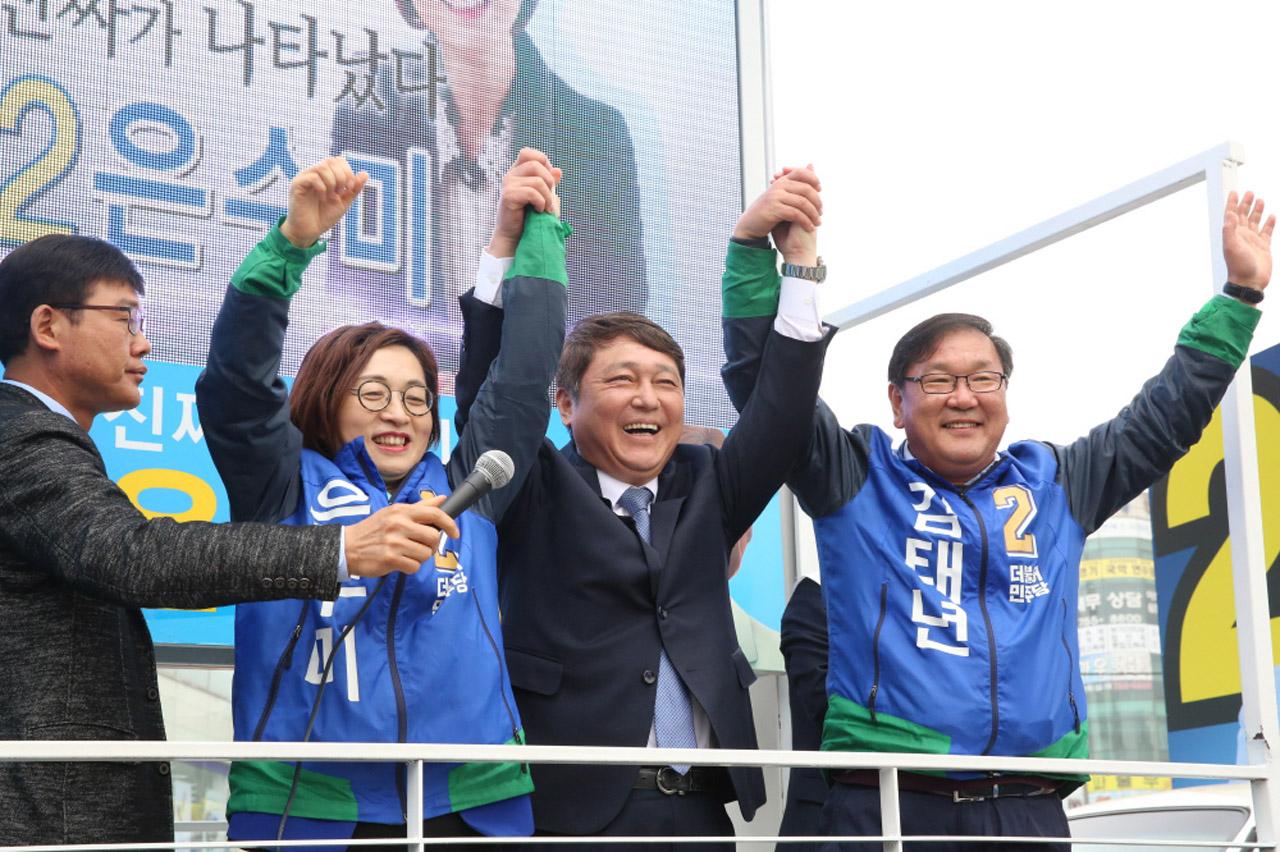 모란장 유세에 함께한 후보들. 은수미, 김태년후보와 최재성 국회 기획재정위원회 위원.