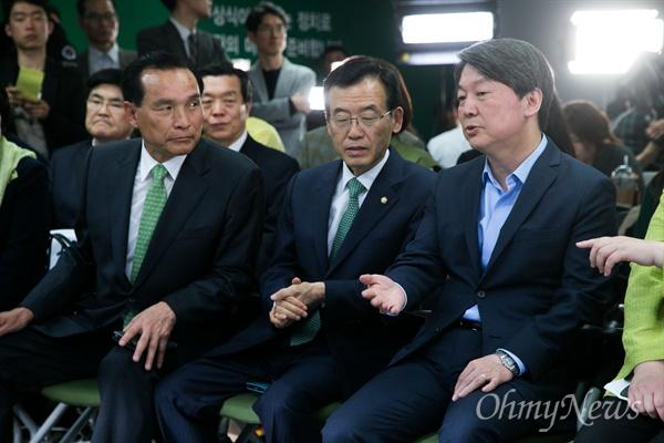 안철수 '이 지역이 경합입니까?' 20대 총선 투표가 종료 된 13일 오후 서울 마포구 국민의당 당사에서 안철수 상임공동대표와 비례 후보등이 출구조사 결과를 보고 있다.
