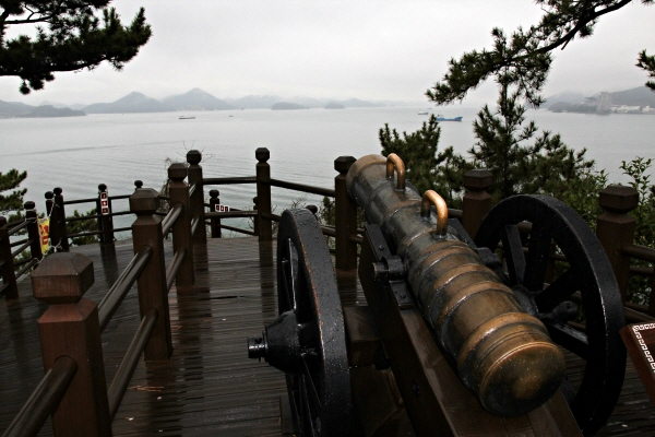 이순신 공원 전망대 한쪽에는 총통(銃筒)이 한산도 바다를 겨누고 있다.