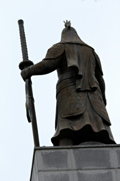 왼손으로 큰 칼을 다부지게 잡은 장군의 뒷모습이 보인다. 박제화된 이순신이 아니라 인간 이순신이 보인다. 두 어깨에 걸린 무게가 내게 전해진다.