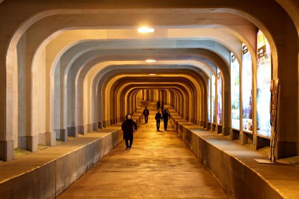 이순신 장군의 사당 착량묘 앞에 있는 통영 해저 터널은 일본이 조상 뼈를 조선인들이 밟고 지나다니는 것을 막기 위해 통영 해저터널을 만들었다는 이야기도 전해져 온다.