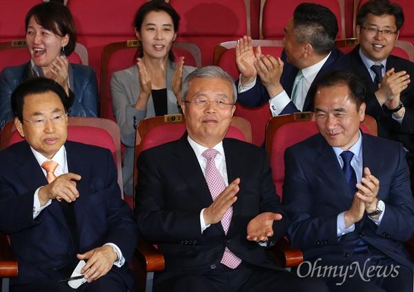 박수치는 김종인-정장선 더불어민주당 김종인 비대위 대표와 정장선 총선기획단장 등 지도부가 13일 오후 국회 의원회관에 마련된 개표상황실에서 4.13 총선 출구조사 결과를 지켜보며 박수치고 있다.