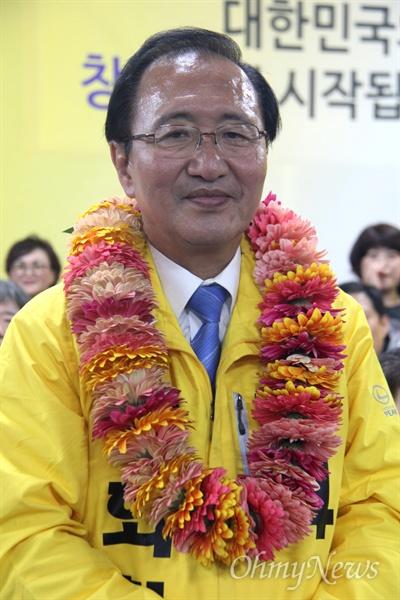'창원성산' 국회의원선거에서 당선한 정의당 노회찬 후보가 13일 저녁 선거사무소에서 꽃다발을 받은 뒤 당선소감을 밝히고 있다.