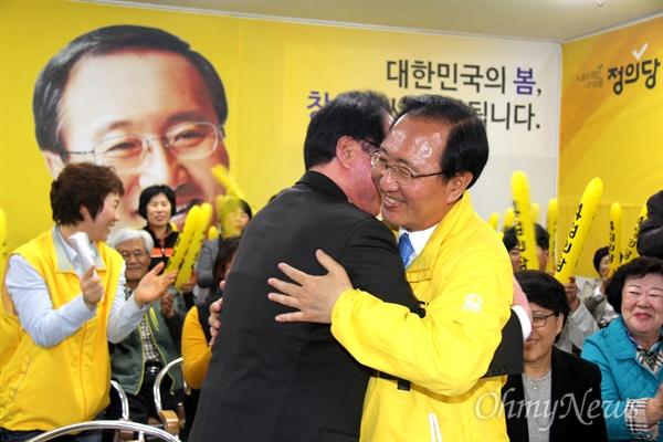 '창원성산' 국회의원선거에서 당선한 정의당 노회찬 후보가 13일 저녁 선거사무소에서 권영길 전 민주노동당 대표와 포옹을 하고 있다.