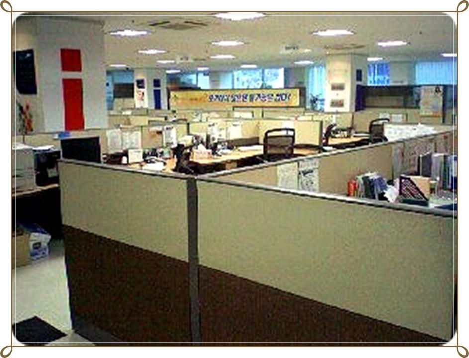 사무실 새로 입사한 대기업의 사무실은 그전에 근무하던 중소기업들과 비교했을 때 확실히 인테리어 상태부터가 남다르게 좋았다.