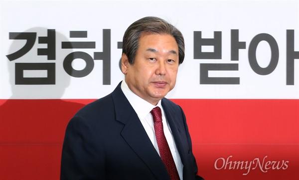 새누리당 김무성 대표가 14일 오전 국회에서 열린 중앙선대위 해단식에서 20대 총선 참패의 책임을 지고 대표직에서 물러나겠다고 밝혔다.
