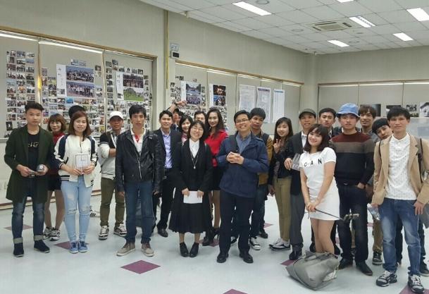이번 전시회에는 의정부 인근지역에서 근무하는 베트남 노동자들도 관람했다.