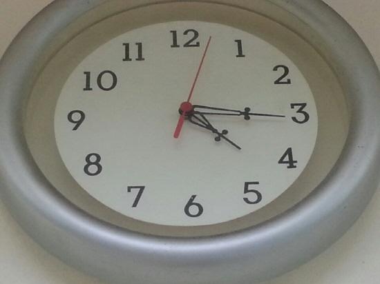4시 16분에 멈춰있는 시계