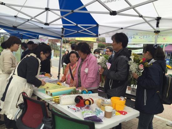 416 이웃들은 단원고 앞에 추모 꽃집을 열었다