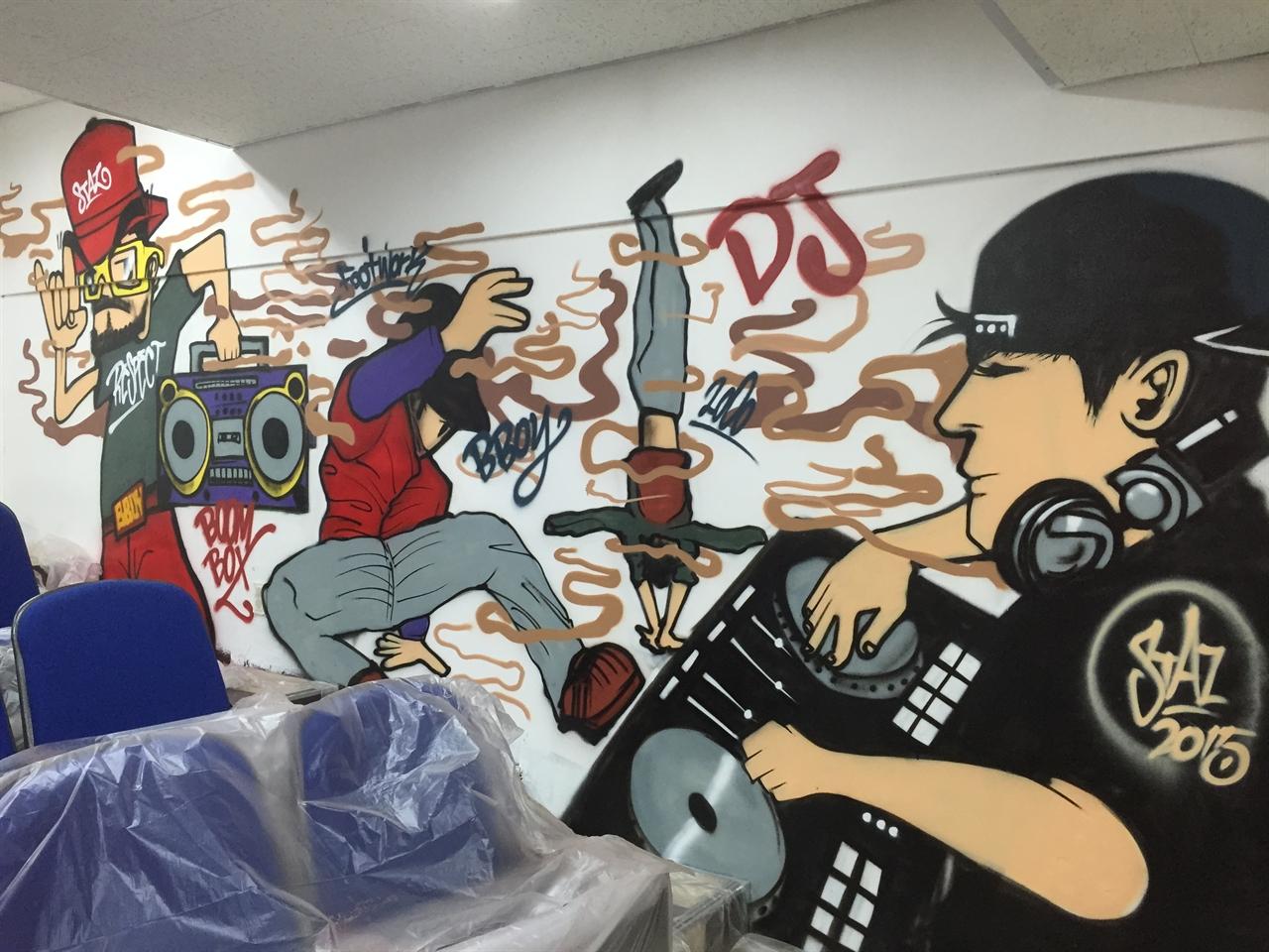 종배씨가 전주 청소년 문화의 집에 그린 그래피티