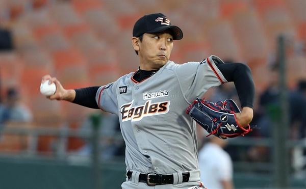 선발 나선 심수창 한화 선발 심수창이 19일 부산 사직야구장에서 열린 프로야구 롯데와 경기에서 힘차게 공을 던지고 있다.