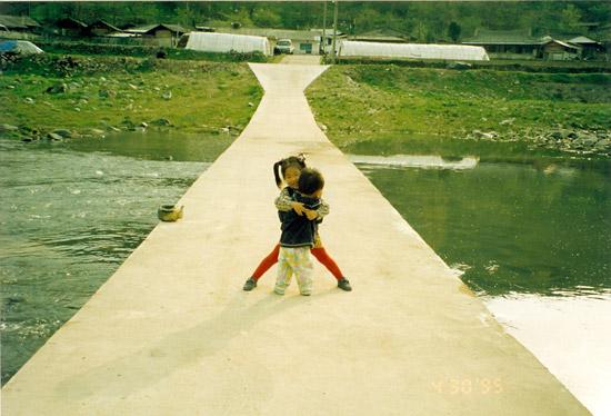 아들과 딸 마을 앞으로 흐르는 섬진강 농로용 다리에서 딸 가애가 동생 민성이를 꽉 안아주고 있다.