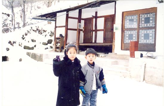 눈 내린 고향집 아무도 살지 않는 고향 집. 한겨울, 아이들 데리고 주말에 달려가니 눈이 쌓여 고요하기만 하다.