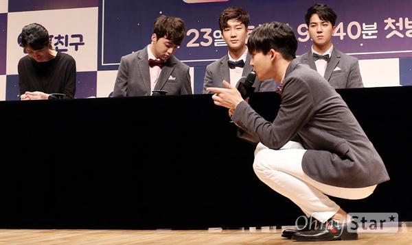 '위너' 남태현, 아이들과 눈 맞추는 아이돌 그룹 위너의 남태현이 21일 오후 서울 상암동 JTBC사옥에서 열린 JTBC예능 <반달친구> 제작발표회에서 아이들과 눈을 맞추며 대화를 나눠야한다며 촬영 뒷이야기를 전하고 있다. <반달친구>는 평균나이 23세의 아이돌그룹 위너가 어린이집을 꾸려 반달동안 아이들과 친구가 되는 과정을 통해 동심의 회복과 치유의 순간을 담은 아이돌과 아이들의 우정 프로젝트 예능프로그램이다. 23일 토요일 밤 9시 40분 첫 방송.