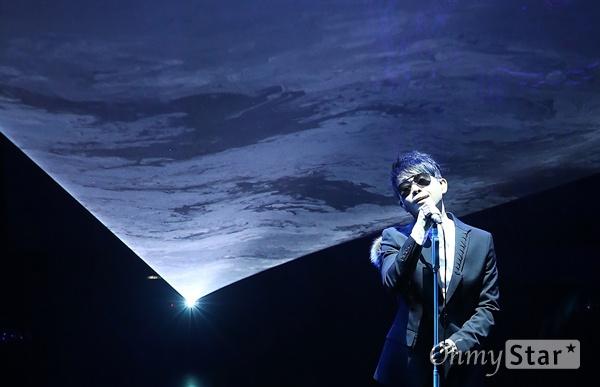 이승환, 빛으로 담은 간절한 마음   가수 이승환이 21일 오후 서울 이화여대에서 열린 <10억 광년의 신호> 발매 기념 쇼케이스에서 '10억 광년의 신호' 등을 열창하고 있다. <10억 광년의 신호>는 이승환의 정규 11집 앨범 <폴 투 플라이-후>에 수록되는 노래 중 처음으로 공개되는 로우 템포의 모던 록 장르 곡으로써 사람의 마음을 빛으로, 마음의 거리를 광년에 비유해 멀어진 상대를 향한 간절한 그리움과 그 그리움이 상대에게 전달되기를 바라는 마음을 담고 있다.