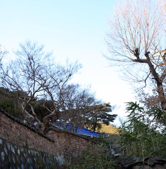 대구시 북구 서변동 언덕에 있는 송계당. 두문72현 송은 구홍 선생과 그의 후손인 임진왜란 의병장 계암 구회신 선생을 기려 세워진 재실이다.