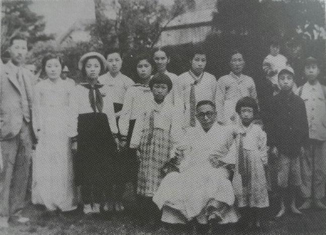 1946년 대한독립촉성국민회 활동 관련 장병상의 광주 사택을 방문한 김구와 장병준의 가족들.