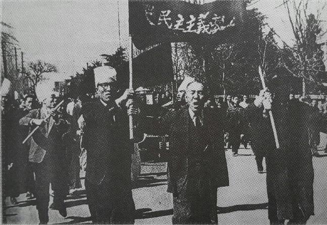 1960년 3월 15일 낮 12시 45분 '곡 민주주의 장송' 현수막을 들고 광주 금남로에서 전국 최초로 3.15부정선거 규탄시위에 나선 장병준과 민주당 당원들.