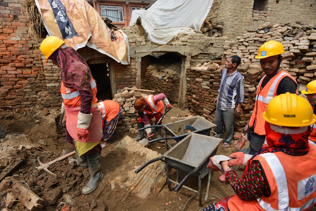 카트만두 북동쪽 17km에 위치한 샤쿠에서 지진복구 사업을 하고 있는 IOM(국제이주기구)과 주민들. 1000여 가구 중 800가구가 전파되었다.