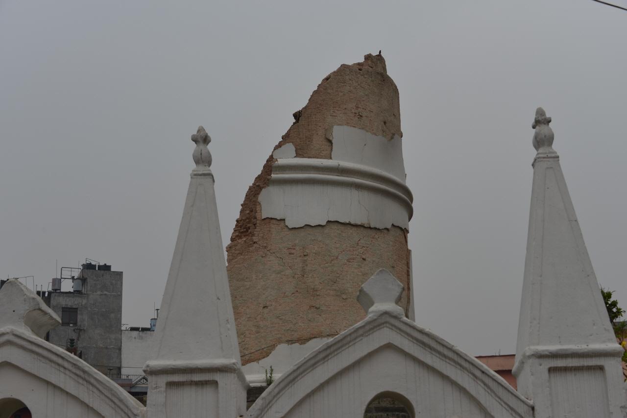 지진으로 무너져 내린 카트만두 중심가에 있는 다라하라 탑. 9층규모의 탑이 무너지며 132명이 사망했다.