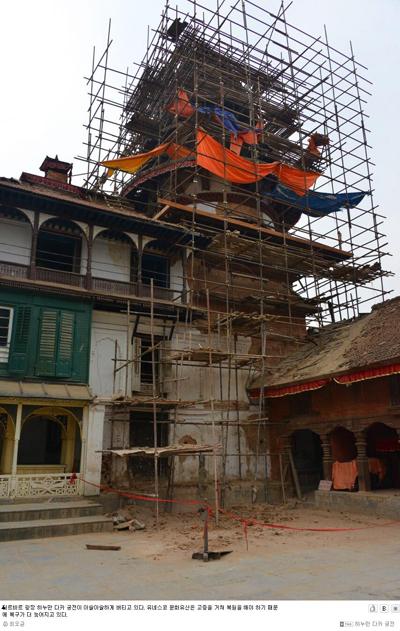 더르바르 광장 하누만 다카 궁전이 아슬아슬하게 버티고 있다. 유네스코 문화유산은 고증을 거쳐 복원을 해야 하기 때문에 복구가 더 늦어지고 있다.