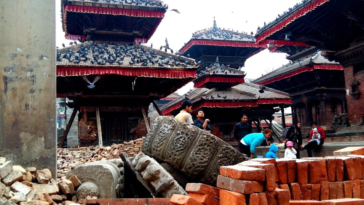 무너져 내린 푸라탑 말라왕의 기둥과 나라얀 사원 지붕에 수많은 비둘기들