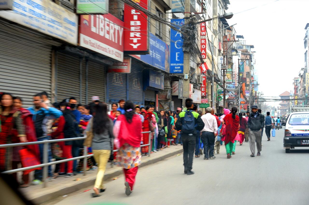 푸자(기도)를 올리기 위해 길게 줄을 서서 힌두 사원으로 가는 카트만두 시민들.
