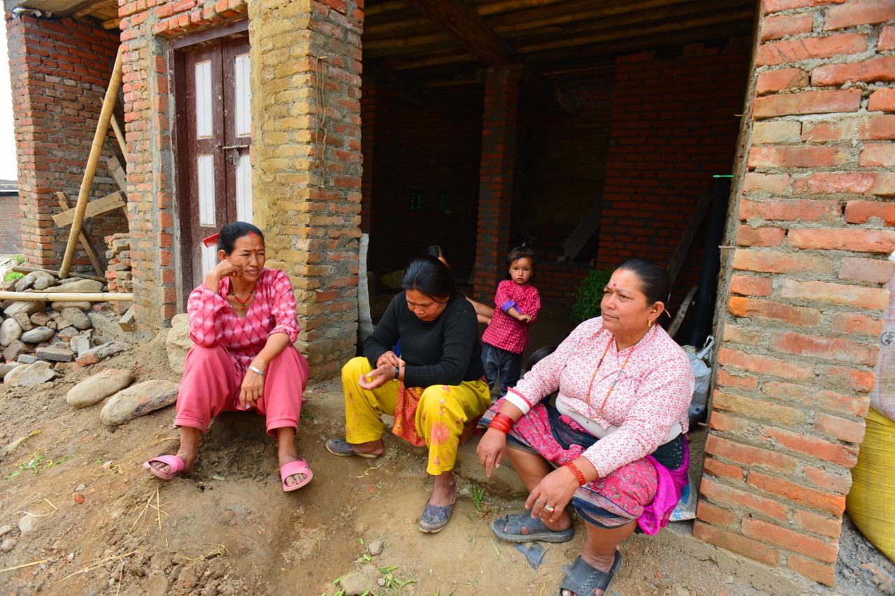 무너진 건물 더미 속에 2시간 동안 갇혀 있다가 극적으로 구조된 할머니(우)와 손녀(뒤쪽)