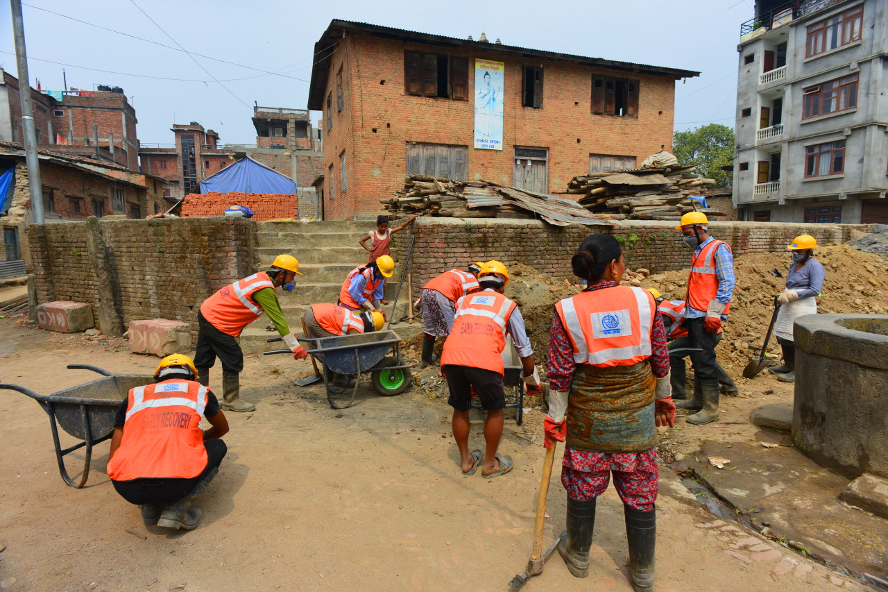 IOM(국제이주기구)직원들과 주민들이 복구사업을 하고 있다.