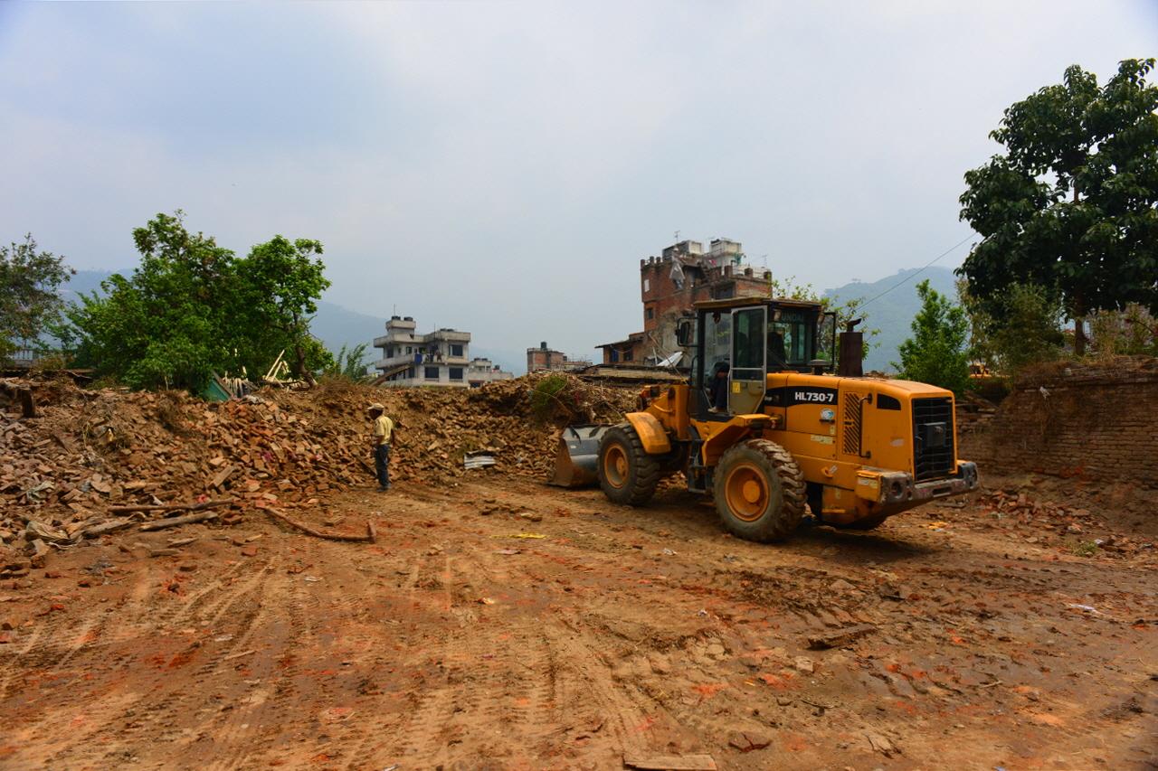 지진피해 복구사업을 벌리고 있는 샤쿠