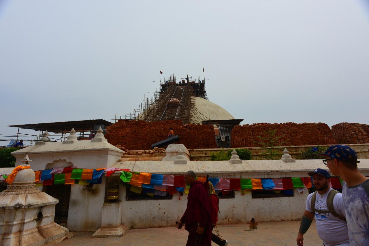 상단 첨탑부가 무너져 내린 유네스코 문화유산 보드나트 사원