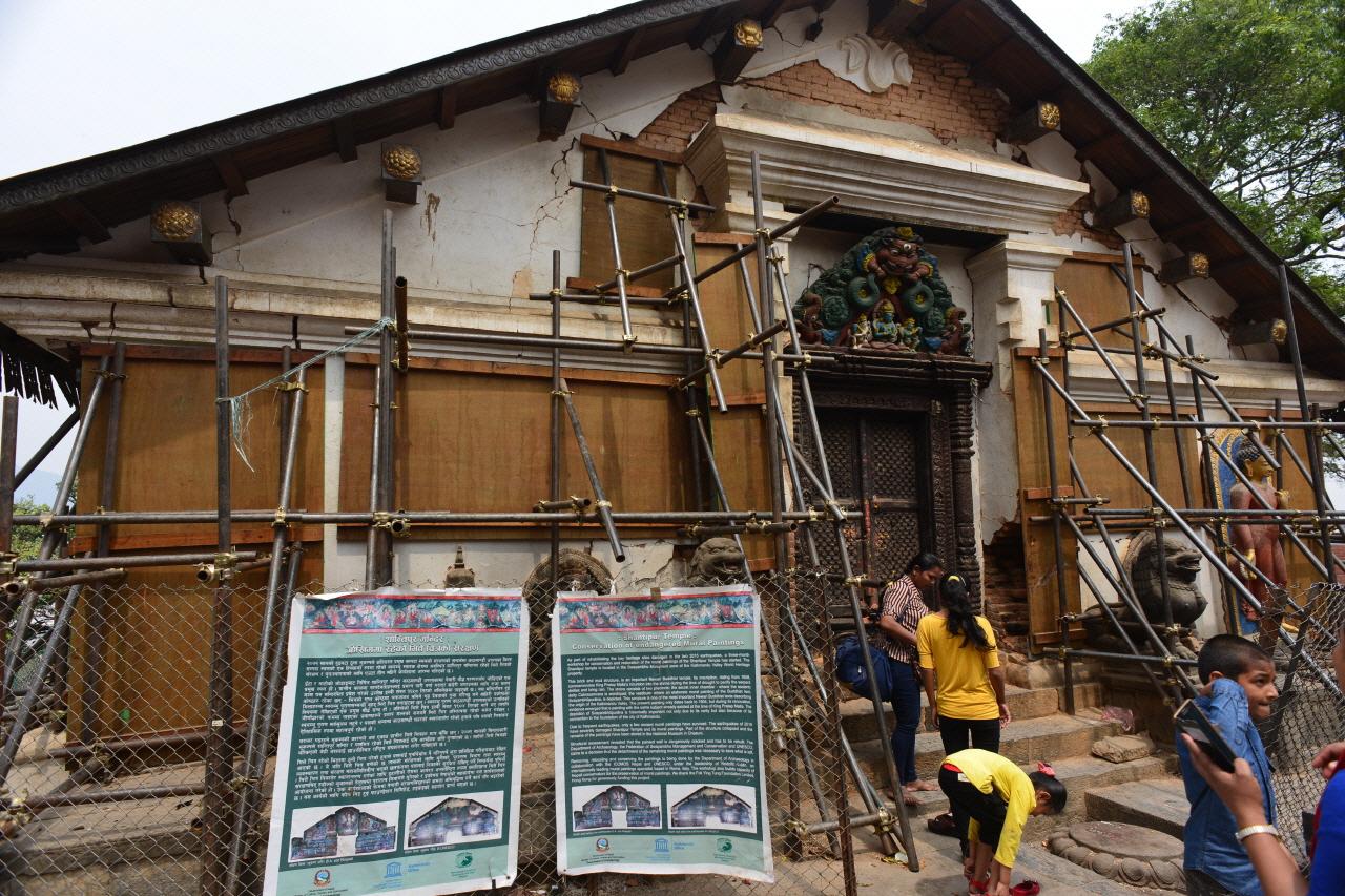 스와얌부 사원내에 사원의 지진피해