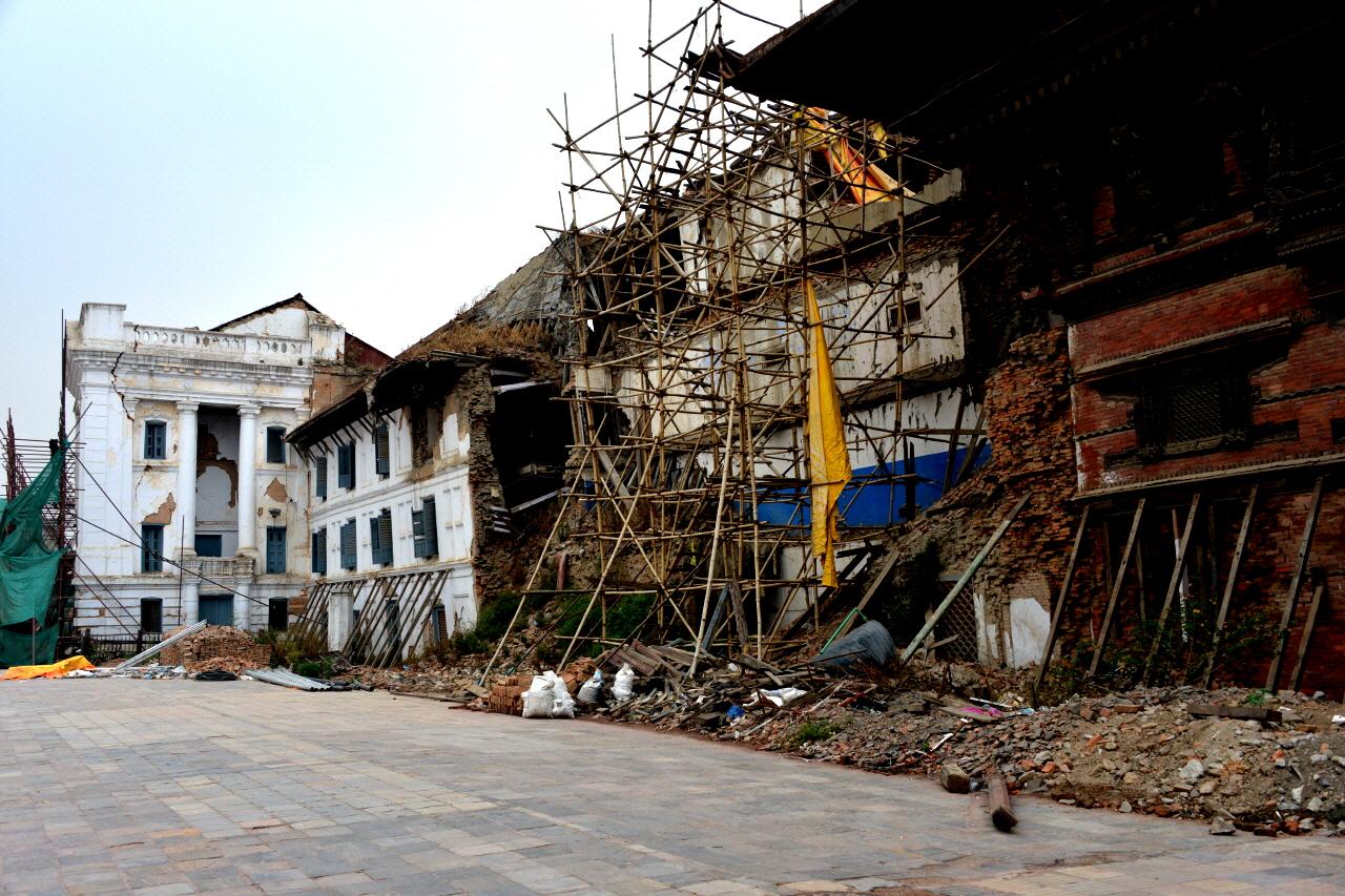 각목으로 아슬아슬하게 받쳐 놓은 문화재와 가디 바이탁 왕궁