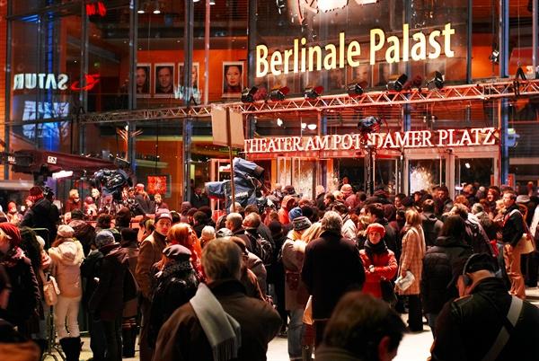 베를리날레 팔라스트 지난 2007년 2월 1일, 베를린국제영화제(Berlin International Film Festival)가 독일 베를린의 베를리날레 팔라스트(Berlinale Palast)에서 열리고 있다.