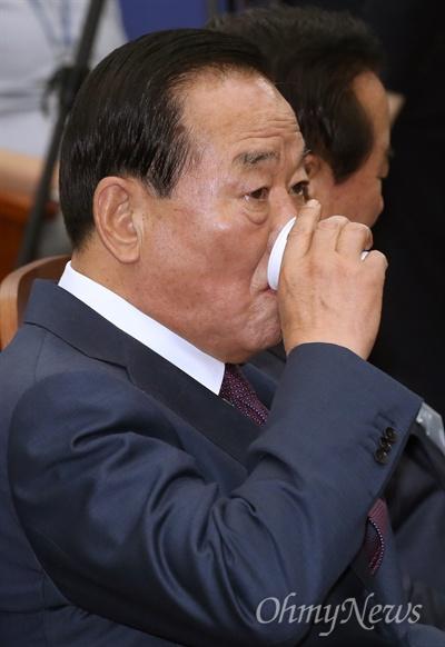 목 축이는 서청원 서청원 새누리당 의원이 26일 서울 여의도 국회에서 열린 제20대 국회 새누리당 당선자 워크숍에서 목을 축이고 있다.