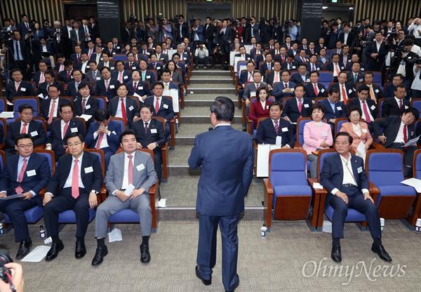 마이크 쥔 서청원 서청원 새누리당 의원이 26일 서울 여의도 국회에서 열린 제20대 국회 새누리당 당선자 워크숍에서 인사말 하고 있다.