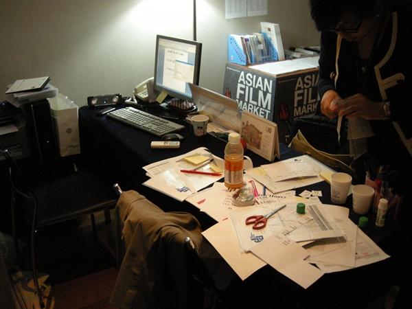 2010년 부산영화제 스태프로 일할 당시 사무실과 그때의 책상.