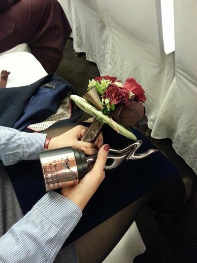 영화 <셔틀콕>은 2013년 부산국제영화제에서 넷팩상과 시민평론가상을 수상했다. 당시 트로피와 꽃다발.