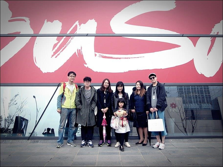 2013년 <콩나물> 상영 당시 배우 수안이와 드림팀스탭들과함께. 좌측부터 백현오 촬영감독, 이준일 조명감독, 황슬기 조감독, 나, 꼬마 배우 수안이, 수안이어머님, 김세훈 PD)