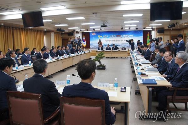 대구시와 대구지역 국회의원 당선자 연석회의가 29일 오후 대구시청 대회의실에서 열려 대구의 발전을 위한 토론을 벌였다.