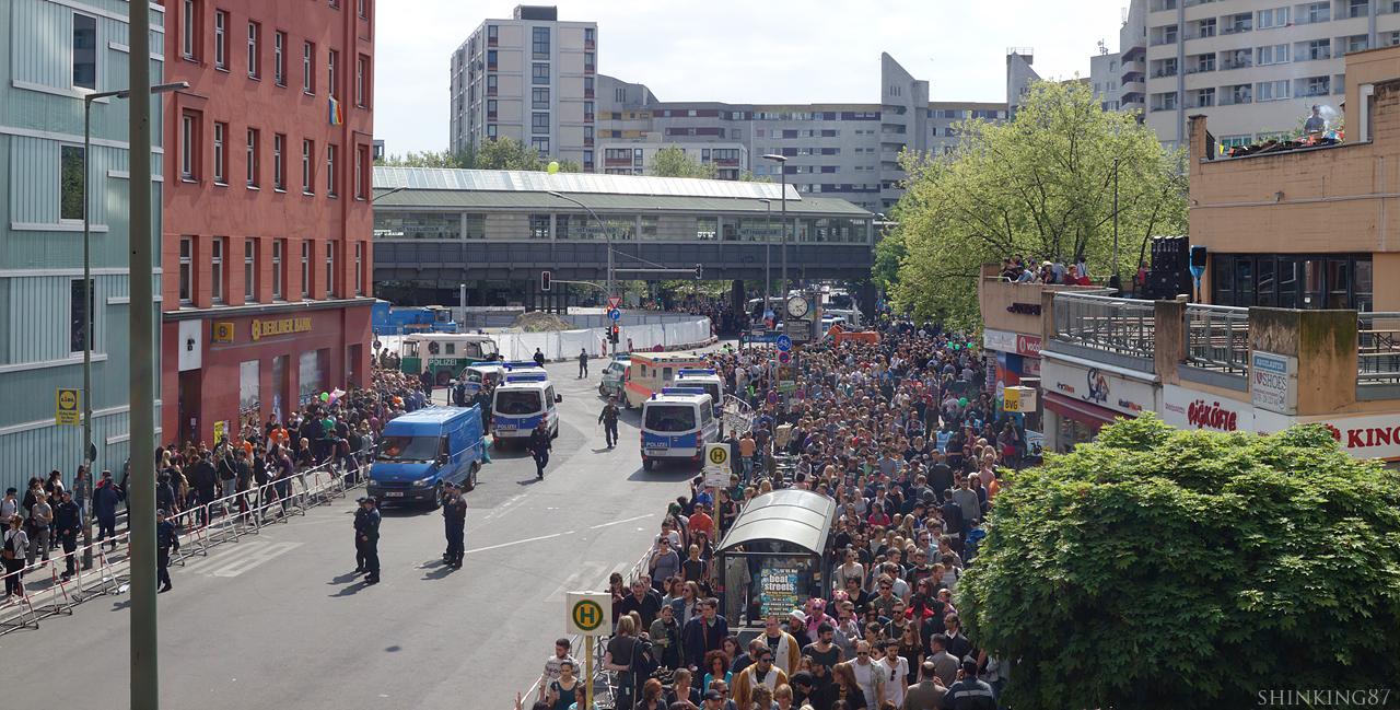 지하철 역에서 축제 구역으로 몰려오는 사람들