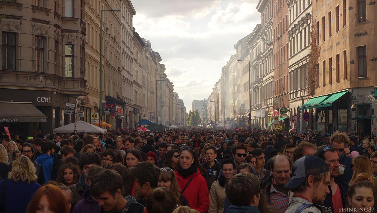 그리 넓지 않은 거리와 도로엔 사람들이 가득했다.