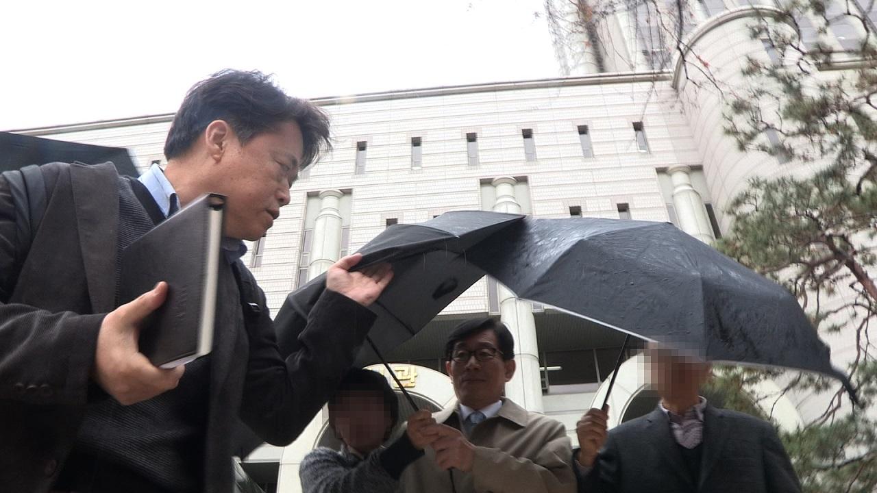 <자백>의 한 장면. 질문에 침묵으로 일관하는 원세훈 국정원장에게 최승호 감독이 답변을 요구하고 있다.