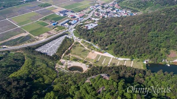 1일 오후 경남 김해시 봉하마을에서 일반 공개 된 고 노무현 전 대통령의 사저와 너럭바위가 있는 묘소의 모습.