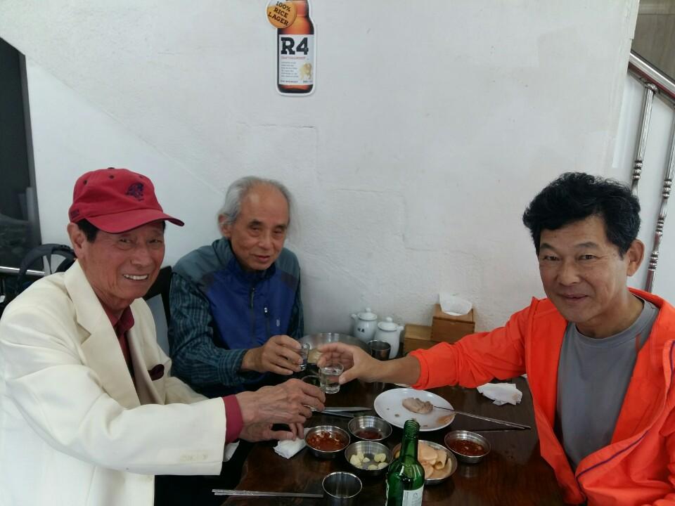 함기용과의 만남 마라톤 전설 함기용(맨 왼쪽)과 그의 금메달을 찾는 데 도움을 준 김태형 교수(가운데)와 냉면집에서 만났다.