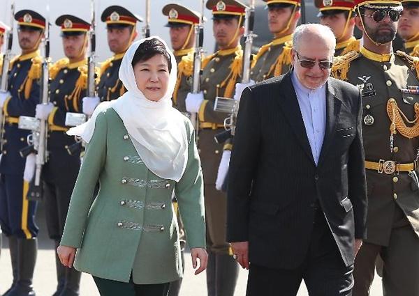 히잡을 착용한 박근혜 대통령이 이란 메흐라바드 공항에서 의장대를 사열하고 있다.