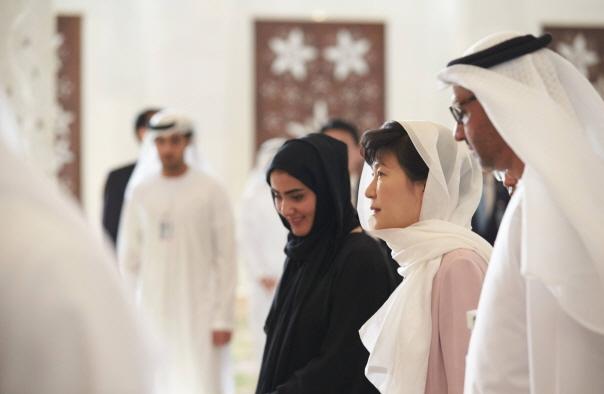 2015년 아랍에미리트 방문 시 히잡을 쓰고 사원을 둘러보는 박근혜 대통령.