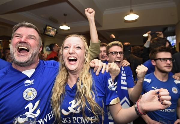 레스터 시티, 올 시즌 리그 우승 확정  2일(현지시간) 영국 레스터에서 잉글랜드 프로축구 프리미어리그 첼시 FC와 토트넘 홋스퍼 FC의 경기가 무승부로 종료되면서 리그 우승이 확정된 레스터 시티 FC의 팬들이 환호하고 있다.   승점 77점으로 리그 선두를 달리던 레스터 시티는 이날 리그 2위인 토트넘이 첼시와 2-2로 비기면서 승점 70점이 돼 남은 경기 결과에 관계없이 올 시즌 우승을 확정지었다.