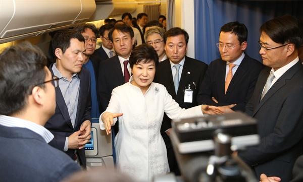 이란 국빈 방문을 마친 박근혜 대통령이 3일 오후(현지시간) 귀국하는 전용기에서 이란 경제외교성과에 대해 취재진과 대화하고 있다.
